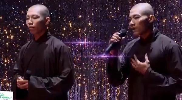 Hai thí sinh Lê Thanh Hoàn Nguyên và Lê Thanh Nhất Nguyên tham gia gameshow Tuyệt đỉnh song ca - Ảnh cắt từ clip
