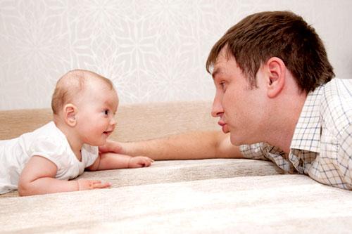 Bố chơi với trẻ sơ sinh