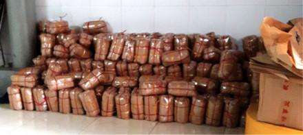 Những gói giò sắp giữa nền nhà tại một cơ sở sản xuất giò ở phường Quán Bàu (TP.Vinh). Ảnh: PV