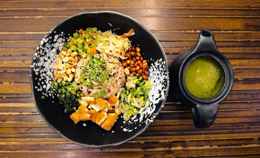 """Ăn chay có nhiều ý nghĩa khác nhau đối với các tôn giáo hoặc niềm tin khác nhau. Ăn chay trong đạo Phật được hiểu theo khái niệm """"trai giới"""" (齋戒) được đề cập trong kinh điển và mang nghĩa là thanh tịnh, trong sạch."""
