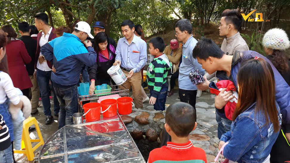 """Du khách uống nước từ """"giếng thần"""" trên chùa Ba Vàng để mong tiêu trừ bệnh tật"""