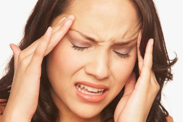 Bệnh mới phát. Người bệnh có biểu hiện ngạt mũi, chảy nước mũi màu vàng có mủ, xoang hàm và xoang trán đau, viêm hố mũi kèm theo sợ lạnh, sốt, nhức đầu. Phương pháp chữa là thanh phế tiết nhiệt, giải độc. Dùng một trong các bài: