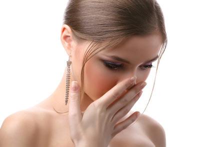 Hơi thở hôi: 5 nguyên nhân và cách chữa