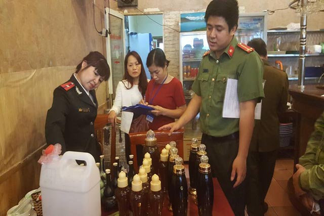 Hà Nội: Thu giữ rượu táo mèo, ba kích, rượu trắng không rõ nguồn gốc tại nhà hàng