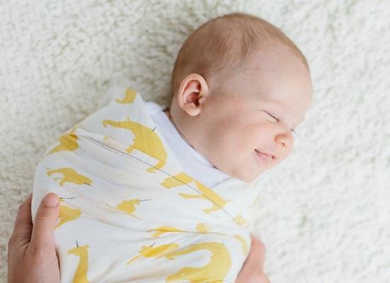 Quấn khăn cho trẻ sơ sinh có thể dẫn đến các bệnh nguy hiểm