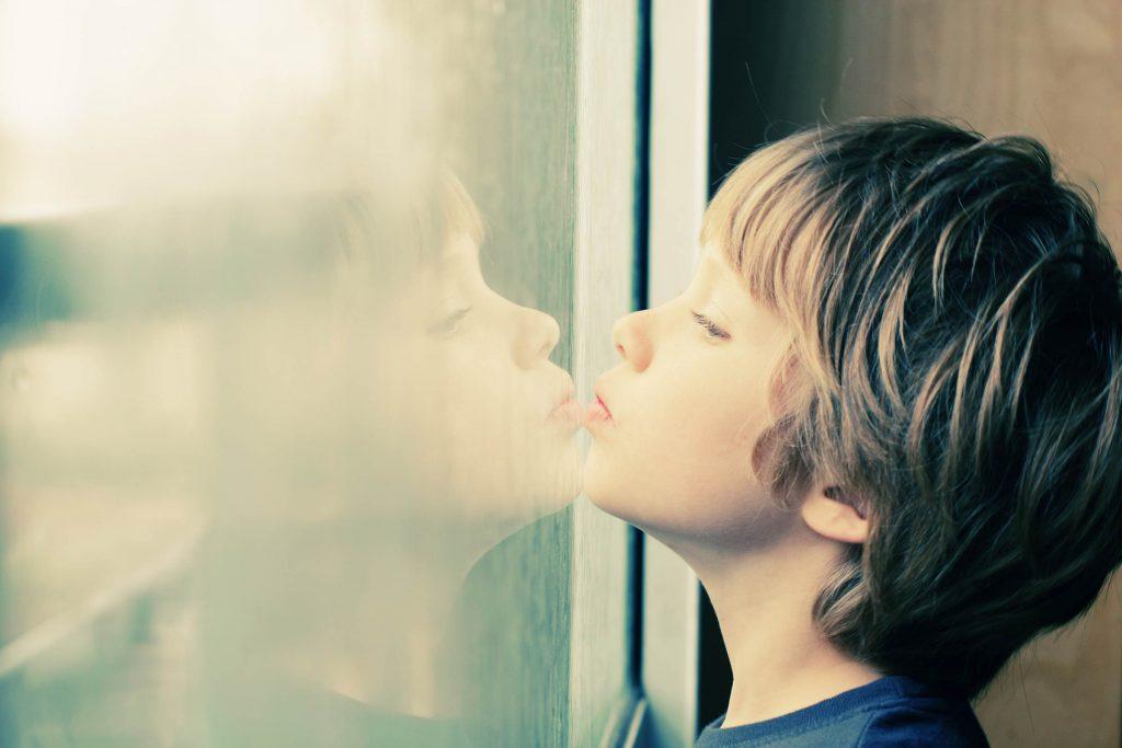Nhận biết bằng mắt thường 8 dấu hiệu tự kỷ ở trẻ cha mẹ cần biết